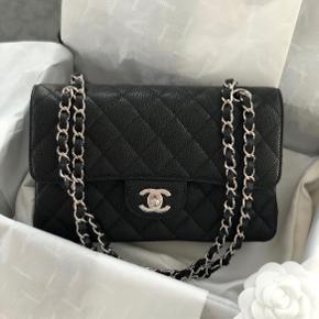 Overvejer at sælge min Chanel Classic Flapbag i str small.  Prisen i butik er 33.250,- dog er den ofte udsolgt.   Sælges kun ved rette bud. Bytter ikke.  Brugt få gange - i perfekt stand.