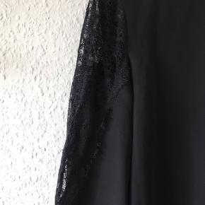 Super smuk kjole fra YAS sælges, da jeg ikke får den brugt. Perfekt til en aften ude! 💃🏼  Passes af en small og medium.  Sender gerne, på købers regning. Den kan også afhentes i Århus C ☺️