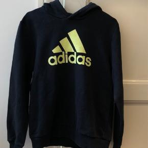 Sejeste Adidas hoodie med neon logo! Fitter xs/s, men er en børne størrelse 13-14🍀