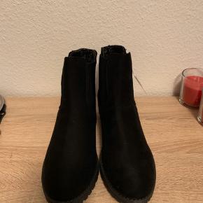 Helt nye støvler, som aldrig er brugt. Prisen var 25.99€, som svarer til ca. 190kr.    Se også gerne mine andre annoncer ☺️