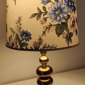 Ældre fin bordlampe i messing med original lampeskærm. Lampen fungerer perfekt. Højde 51 cm.