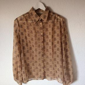 KappAhl - skjorte Str. 40 Næsten som ny Farve: lysebrun med mønster Mål: Brystvidde: 104 cm hele vejen rundt Længde: 62 cm Køber betaler Porto!  >ER ÅBEN FOR BUD<  •Se også mine andre annoncer•  BYTTER IKKE!
