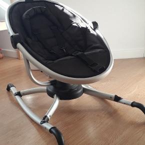Skråstol med 3 punktssele. Kan sættes i forskellige positioner samt dreje 180°.  Betrækket er let at rengøre med en fugtig klud. Brugsspor på foden, men derudover fejler den intet.