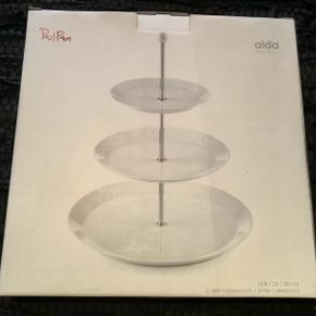 Smuk, hvid kageopsats fra Aida / Poul Pava. Diskret Poul Pava dekoration. Aldrig brugt. Oprindelig købspris : 400,- Kan sendes med DAO for købers regning : 44,-