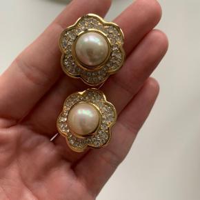 Flotte og velholdte vintage Christian Dior øreringe sælges.