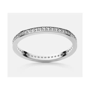 Enkel ring fra Maanesten i sølv med sten langs hele kanten af ringen. Str. 53. Stand: helt ny og endnu ikke taget i brug  Np: 450 kr Mp: se prisen + evt porto   Tag også gerne et kig på mine mange andre annoncer. :-)  ring Farve: Sølv
