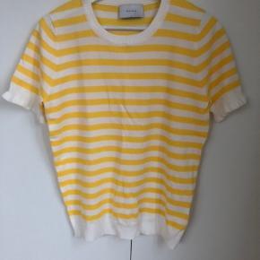 Helt ny og fin knit tee i glade gule striber og fine ærmer fra Neo Noir.   Desværre aldrig brugt.  Str er small, men er selv small/medium og passer den.  Klik på foto ved 'mød sælgeren', og se meget mere fint tøj, sko og smykker🍒