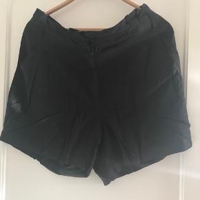Shorts med solid lynlås og fine detaljer ved livet.