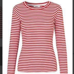 c8f9788fa00 Sælger den her rød og hvid stribet bluse fra Mads Nørgaard. Den er mega flot