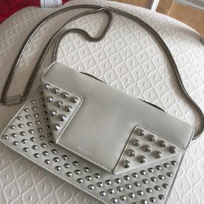Saint Laurent - Betty taske, creme læder med nitter.  Størrelse: L=21 * H=13 * B=6cm  Serie nummer: 315681-000926  Tasken har indvendig lomme.  Den er meget velholdt, har et par make-up pletter indvendig.  Kom med et bud