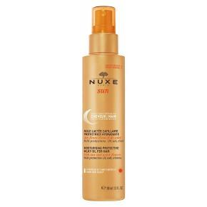 Nuxe Sun Moisturising Protective Milky Oil For Hair 100 ml  Prøvet omkring 3 gange.  Nyprisen var 155kr.  Sælges nu billigt.   Nuxe Sun Moisturising Protective Milky Oil For Hair er et plejende produkt, som beskytter hår og hovedbund mod at blive solskoldet. Den indeholder risprotein ekstrakt, og beskytter mod UVA og UVB stråler. Den indeholder desuden kokosolie, som har en plejende og reparerende virkning. Nuxe Sun Moisturising Protective Milky Oil For Hair har en meget let konsistens, som hurtigt absorberes uden at håret føles fedtet efter påføring. Olien kan bruges til alle hårtyper.  Fordele: Beskytter hår og hovedbund mod solen Virker plejende og reparerende Absorberes hurtigt Virker ikke fedtende Uden parabener  Anvendelse: Kan bruges på tørt eller vådt hår Sprayes over håret med en afstand på 20 cm Bruges før eller under solbadning  Jeg sender med Dao (køber betaler porto), her er pakken forsikret. Jeg udleverer et track & trace nummer så du altid ved hvor din pakke befinder sig. 💌 Jeg glæder mig til at handle med dig! ☺️  Tag også gerne et kig på mine andre annoncer. ☺️
