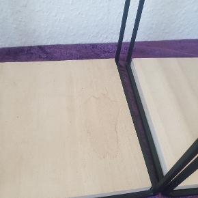 Et lille skjold på den ene som lige kan slibes væk med lidt sandpapir 18 x 18 cm højde ca 34 cm