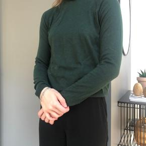 Højhalset trøje  55% viskose 40% nylon 5% cash wool  Køber betaler fragt eller det kan afhentes i Århus