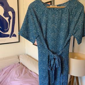 Smuk blå kjole med bindebånd💙🤍