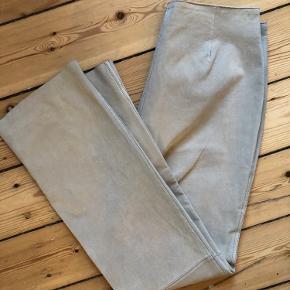 Smukke, unikke skindbukser fra Visual 💛 De er i 100 % ruskind, indersiden er foret med polyester og de fejler ingenting. Jeg har selv købt dem i OSV vintage i København til 1200 kroner, men har ikke fået dem brugt.  Størrelsen har jeg klippet af, men bukserne er en 38.