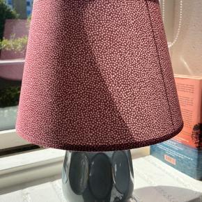 Bordlampe i porcelæn fra Søstrene Grene. Fejler intet. Pære medfølger