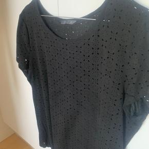 T-shirt fra ONLY med mønstret huller str. 42. Lækkert blødt stof. Aldrig brugt.