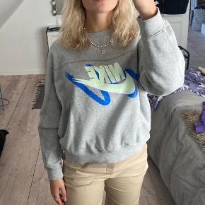 Lækker grå sweatshirt, med farverig Nike logo (blå og neon gul)😇