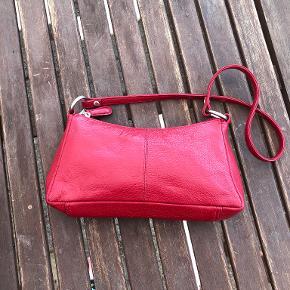 pæn rød taske i læder str 23x13cm