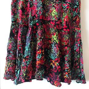 Helt igennem fantastisk kjole fra Monki med flæser i bunden 🌷 virkelig smuk blomstret / mønstret kjole! Jeg er helt vild med den, men desværre har jeg købt den i en for lille størrelse, og derfor er den max brugt et par gange.   Bemærk - Sendes med DAO (33 kr), bytter ikke og sender ikke billeder med varen på ⭐️☺️