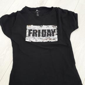 Fin t-shirt str 134/140 sort med vendbart glimmer funday og friday , brug ca 5 gange