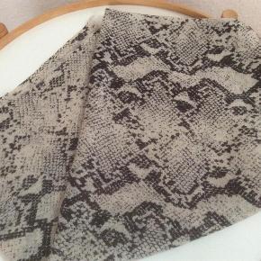 Varetype: Tørklæde Størrelse: 130 cm x 130 cm Farve: Sort sand  By Malene Birger tørklæde, snake. Fin stand, kun brugt et par gange. Dog er vaskemærket pillet af.  Porto er sendt som pakke uden omdeling med DAO.