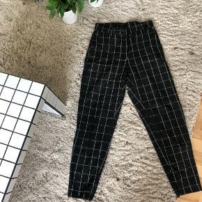 Bukser i størrelse 36 fra Bruuns Bazaar. Lynlås forneden