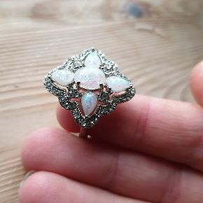 Flot stor ring med smukke sten.(Helt ny) 2 styk i medium 2 styk i large. Se profil for mange flere nye smykker.  Fragt som brev 10kr ( ingen tracking/dækning) Gls/Dao 25kr (tracking nr) Mobilepay