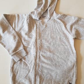 Gråmeleret hoodie med skæv lynlås. Næsten som ny. Str 164. Lommer i siderne.  Sender også. Det koster 38 kr med Dao.