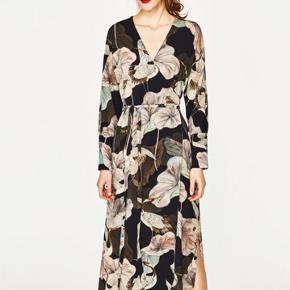 Smuk ZARA wrap dress, den er brugt til et bryllup og en enkelt gang efter det. Svarer til en str. 38 / medium.  Respekter venligst at jeg ikke bytter og køber betaler porto samt gebyr ved tspay.