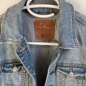 Super sej denim jakke i en kort model. Der er en lille plet på det ene ærme, hvilket billedet illustrerer (jeg har ikke forsøgt at fjerne den).