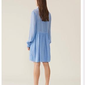 Helt ny Ganni kjole i str. 34. Oversize i sit fit. Lyserblå med små blå og hvide blomster. Nypris 999kr. Brugt få gange :-)