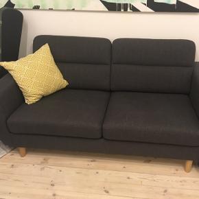 To-personers 'Arizona' sofa fra My Home. Den er to år gammel og kan lige nu fås til 4000 fra ny. Sofaen er kun let brugt og har stået i røg- og dyrefrit hjem. Jeg har stadig kvitteringen, hvis den er af interesse.