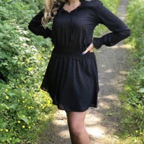 Neo Noir kjole med glimmer prikker på sig. Det er en størrelse small og nyprisen er 799 kr. Den er brugt få gange, men fejler ingenting.   Modellen hedder Melly Dress   Kan sendes på købers regning🌸