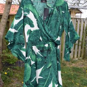 Kjolen er af mærket AX Paris og i en UK størrelse 10 hvilket svarer til en str. S/38  Ny pris var 45€ og er købt i Irland