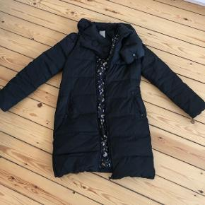 Super varm dun jakke fra nümph Farve: sort lommer og krave - lynlås helt op til kraven lynlås i siden så man kan cykle.  Nypris 1000kr