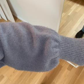 """Sweater i lyseblå med søde """"puffy"""" ærmer i str. small fra & other stories. Er brugt, så er lidt fnugget i materialet på højre side foran - ikke noget der ses så meget dog. Se sidste billede ❤️"""