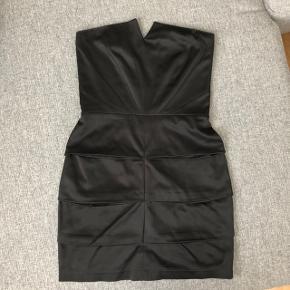 MbyM elegant stropløs kjole  Str. XS  Brugt, men stadig i rigtig flot stand. Her et meget lille mærke hvor klemmebøljen har siddet (se sidste billede)  Nypris 800kr Sælges for 25kr