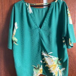 """Meget fin og elegant lidt """"oversize"""" top/ bluse med blomster print og åben øvre ryg. Den er mere grøn en hvad billeder viser."""