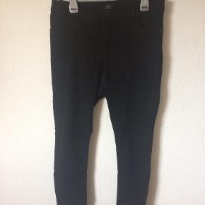 Only - stretch jeans Str. L/30 Næsten som ny Farve: sort Mål: Livvidde: fra 82 cm til 102 cm hele vejen rundt Længde: Ydre: 99 cm Indre: 74 cm Køber betaler porto!  >ER ÅBEN FOR BUD<  •Se også mine andre annoncer•  BYTTER IKKE!