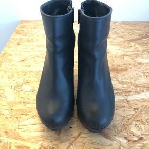 Flotte sorte støvler fra Gardenia med plateausål. Ruskind og læder. Brugt en del, men fremstår i rigtig god stand. Kan sende flere billeder af sålen, hvis det ønskes.