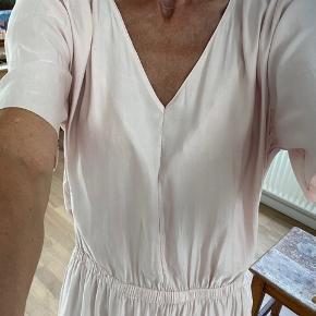 Skøn sommerkjole i silke fra Storm & Marie. To skrålommer og elastik ved talje. Næsten som ny