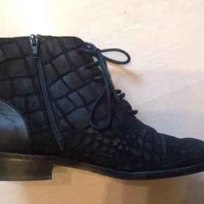 De smukkeste støvler, desværre kønt for små, så kun brugt en aften Nypris 1499 kr