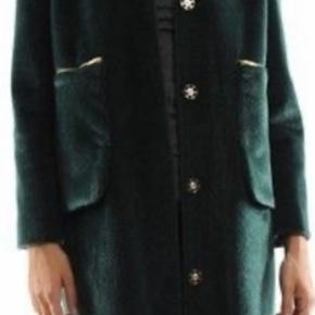 Smukkeste fake Fur i fantastisk grøn farve.  Den har en virkelig fin pasform. Let og elegant. Modellen hedder Lotte.  Fejler ikke noget. Guld lynlåse. Lommer foran. Knap lukning ned foran.   Sælger udelukkende hvis jeg får prisen for den. Ønsker ikke urealistiske bud.   Der står 40 i den men den fitter alt mellem 36/40. Jeg selv er en 36 i jakker og synes ikke at den har været for stor.   Kan afhentes i Hellerup. Ellers betaler køber Porto og gebyr.