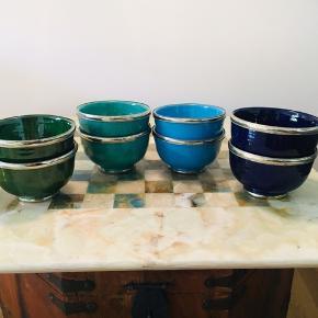 Sælger de smukkeste skåle i marokkansk design. Fremstår som nye og i de flotteste farver - mørkeblå, turkis, pastel agtig mintgrøn og mørkegrøn. Perfekt til morgenmad, supper eller lign. Sælger dem i sæt (samme farve) for 30kr eller alle 8 for 100kr 😊 Afhentes i Århus C (lige ved Salling)