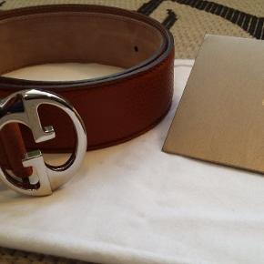 Gucci leather belt with silver buckle. 85 cm long. Kvittering haves.