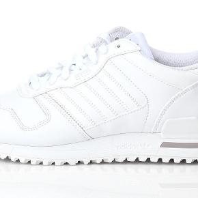 Varetype: Adidas ZX 700 sneakers Størrelse: 38 2/3 Farve: Hvid Oprindelig købspris: 700 kr.  Fede sneakers. Fin stand, men trænger til en rens.