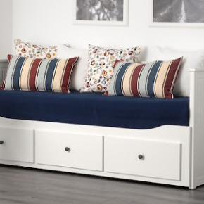 IKEA seng sælges.  NYPRIS 3.797.-/stk. kom med et bud  Sengen er købt i juli og sælges udelukkende fordi jeg flytter til KBH.  Enkeltmandsseng / sovesofa, som kan laves til dobbeltseng ved bare trække sengebunden ud, og så har du lynhurtigt en dobbeltseng.  Sovesofaen skal suppleres med 2 MALFORS skummadrasser 80x200 cm som kan medkøbes.  Sengen har tre store skuffer.