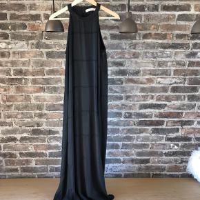 Carla kjole fra Rabens Saloner. Smuk lang kjole, med slidser i begge sider.