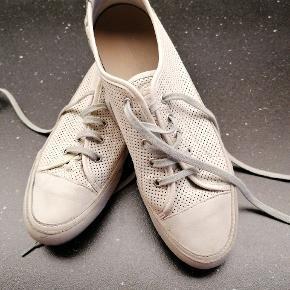 Rigtig fin sneakers, rigtig pæne og velholdte. Fejler intet.